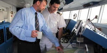 Le pilote du port guide le commandant